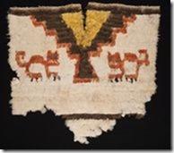 Fragment_eines_uncus_aus_Federn__Peru__Inka-Kultur__Imperiale_Phase__15-16_Jh_n_Chr_Linden-Museum_St_25a24f0457