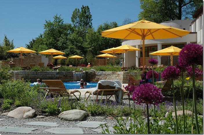DSC_0118 bearbeitet Saunagarten mit gelben Schirmen und Zwiebelblüten