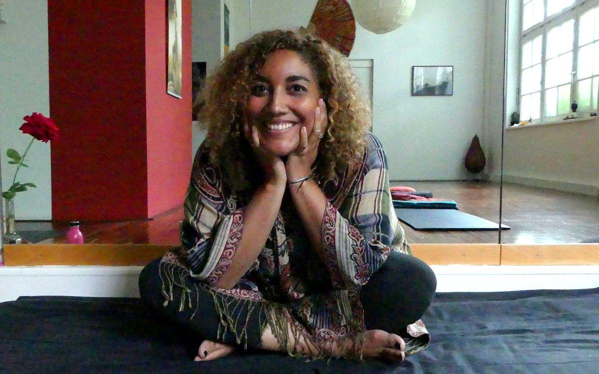 Stef Lantin guiding through her English meditation class in Stuttgart